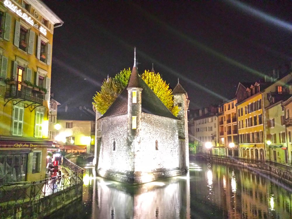 Palais de l'ile Annecy at night